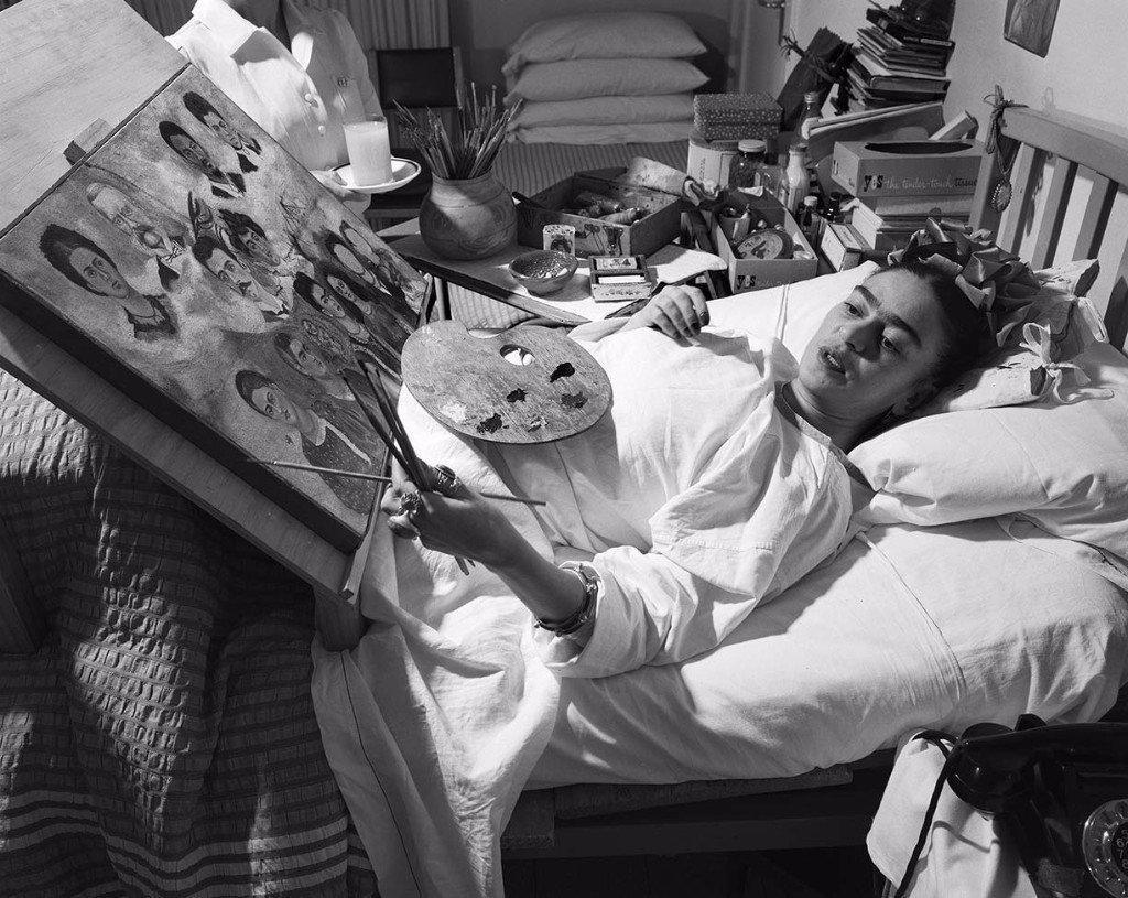Frida Kahlo pintando en la cama durante su recupeacion